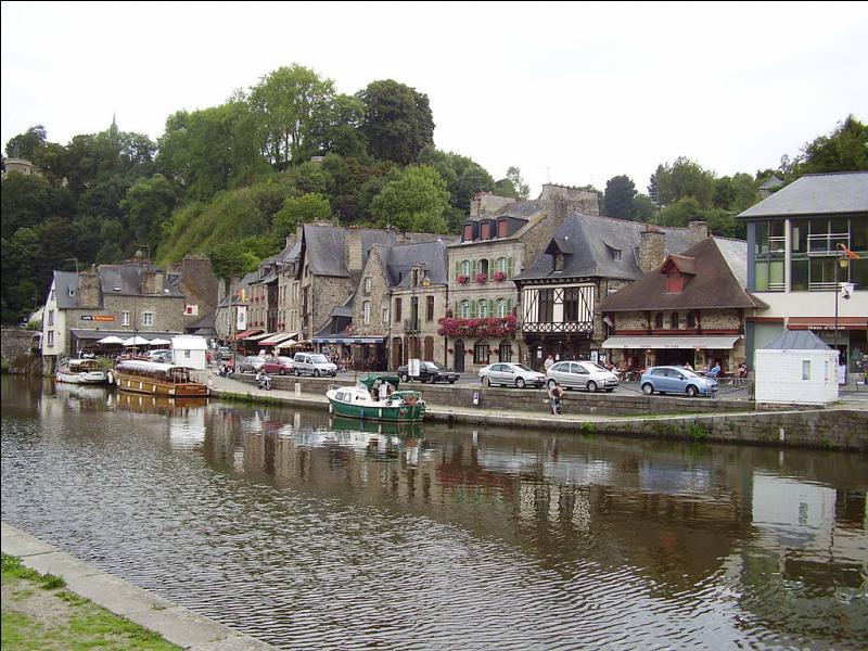 Quelle ville des Côtes-d'Armor domine de 75 mètres la Rance qui coule vers le nord pour se jeter dans la Manche ?