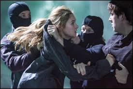 Qui essaie de tuer Tris lorsqu'elle arrive première du classement ?