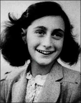 Cachée dans un appartement secret, cette jeune fille raconte son quotidien dans son journal. Qui nous quitte début 1945 au camp de Bergen-Belsen ?