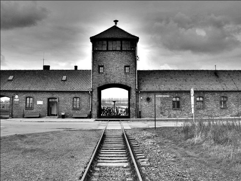 En janvier, les troupes soviétiques entrent dans le plus grand camp de concentration du Troisième Reich. Où découvrent-ils l'horreur de ces camps d'extermination ?