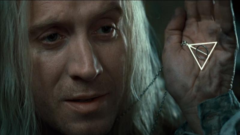 Lors de ces festivités, Harry Potter discute un brin avec Viktor Krum lorsque celui-ci parle d'un médaillon porté autour du cou par le père de Luna Lovegood. Quelle en est la signification ?