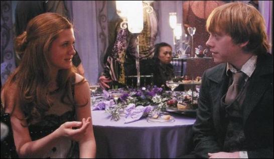 Harry Potter change à nouveau de table et entame une nouvelle conversation avec son ami Ron Weasley, Muriel Weasley et Elphias Dodge. La discussion s'oriente vers les secrets gardés par Albus Dumbledore lorsque Hermione Granger arrive. Quelle boisson cherche-t-elle pour boire avec Harry Potter et Ron Weasley ?