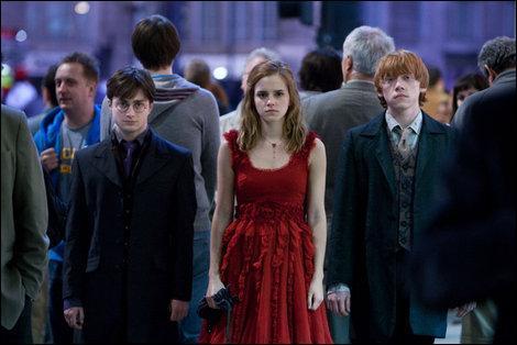 Dans la panique générale, Hermione Granger agrippe les mains de Harry Potter et Ron Weasley pour quitter le Terrier. Les trois amis se retrouvent sur une avenue londonnienne moldue. Comment s'appelle-t-elle ?