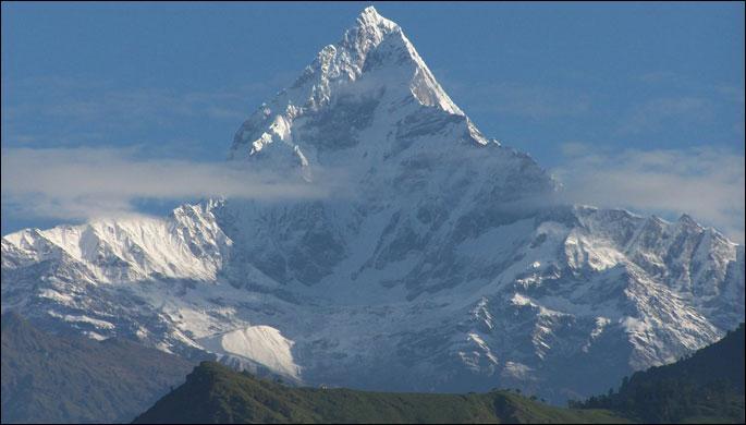 """Le premier est le prénom de """"la"""" Magnani ; le deuxième est sans mélange et le troisième est le symbole du sodium. Le tout est une montagne composée de six sommets, dont le plus haut fut gravi pour la 1ère fois par une expédition française en 1950. Elle se situe :"""