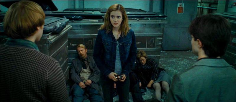 """Les trois amis prennent l'apparence d'employés du ministère. Hermione Granger devient Mafalda Opkrik à l'aide du Polynectar. Dans quel volet de la saga apparaît-elle (indirectement) avant """"Harry Potter et les Reliques de la Mort"""" (Partie I) ?"""