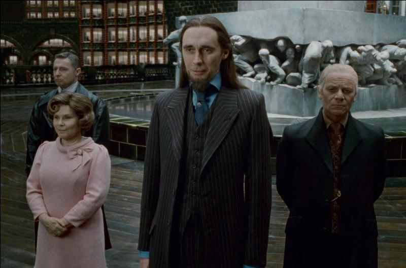 Pendant ce temps, Harry Potter (Albert Runcorn) se fait une joie de tenir la conversation à un autre employé, Pius Thicknesse. Ce dernier obéit aux Mangemorts mais en est-il vraiment un ?