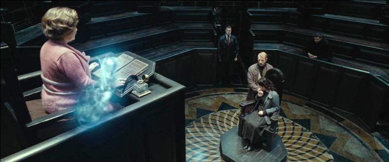 Après avoir revu brièvement Ron Weasley (Reginald Cattermole) dans un ascenseur, Harry Potter (Albert Runcorn) met sa Cape d'Invisibilité et retrouve enfin Dolores Ombrage. Cette dernière dirige un procès et détient le médaillon autour du cou. Mary Cattermole, la femme de Reginald Cattermole, est appelée. Quelles sont les trois personnes qui dirigent le procès sous la garde des Détraqueurs ?