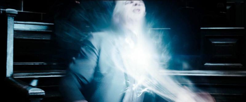 Sans plus attendre, Harry Potter (Albert Runcorn) lance un sortilège de Stupéfixion sur Dolores Ombrage. Qu'advient-il alors du Mangemort Yaxley à ce moment précis ?