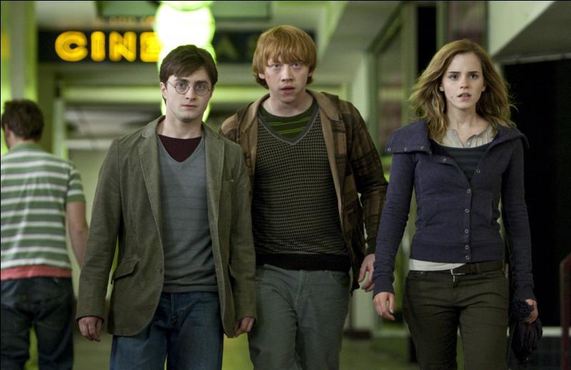 La chasse aux Horcruxes démarrent pour Harry Potter, Ron Weasley et Hermione Granger de manière brutale. Le 1er août 1997, ils sont contraints de fuir le Terrier lors du mariage de Bill Weasley et de Fleur Delacour après la chute du Ministère de la Magie. Ils se retrouvent subitement à Tottenham Court Road. Quel procédé magique ont-ils utilisé ?