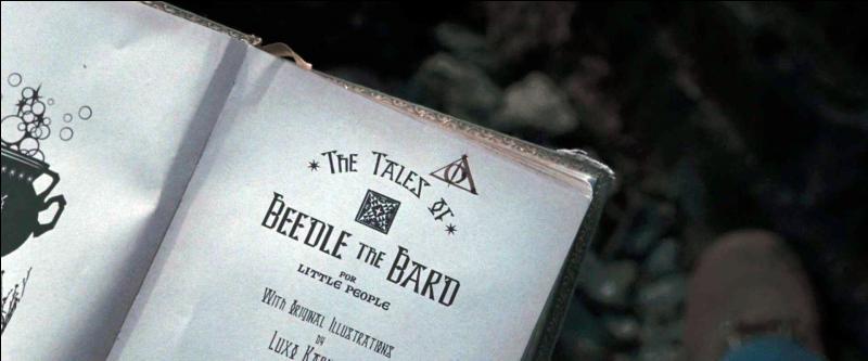 Les jours passent et Ron Weasley semble avoir du mal à s'acclimater à cette nouvelle vie. Furieux, il abandonne ces deux amis. Dans le même temps, Hermione Granger trouve, dans le livre Les Contes de Beedle le Barde, un signe que Harry Potter avait déjà aperçu. Quel est ce signe ?
