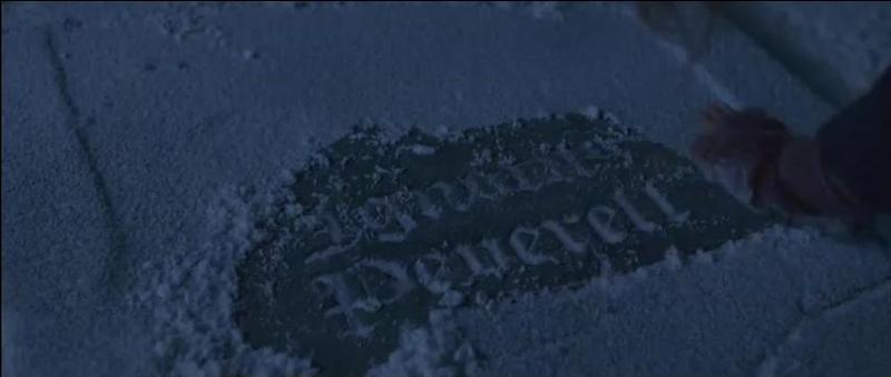 Le 24 Décembre 1997, Harry Potter se rend avec Hermione Granger à Godric's Hollow pour tenter d'avancer dans la quête des Horcruxes. Ils se rendent au cimetière du village et s'arrêtent devant la tombe d'un des frères Peverell sur laquelle ils retrouvent le fameux signe mentionné à la question précédente. Comment s'appelle ce sorcier ?