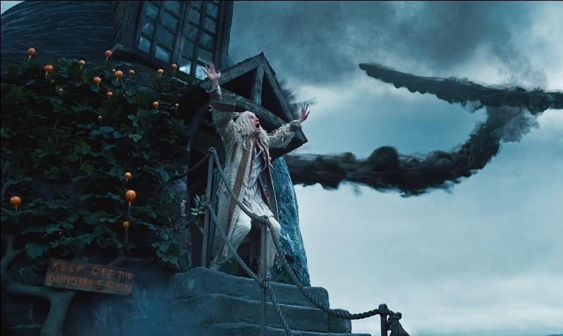 """Quelques jours plus tard, les trois amis rendent visitent à Xenophilius Lovegood. Sa fille, Luna Lovegood, lui a été enlevé par les Mangemorts suite à ces prises de position favorables à Harry Potter. Il prononce alors le mot """"Voldemort"""" sur lequel était appliqué un tabou. Les trois amis sont repérés par les Mangemorts qui entrent dans la maison. Quel Mangemort est en première ligne ?"""