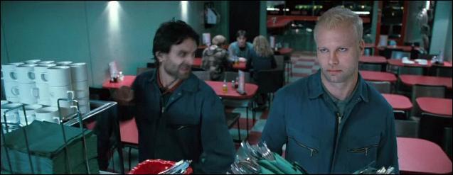 Les trois amis arpentent Tottenham Court Road et décident de s'arrêter dans le café italien Luchino, qui restent ouvert toute la nuit. Deux serveurs sont présents mais ce sont en fait des Mangemorts. Quelle est l'identité de ces deux Mangemorts ?