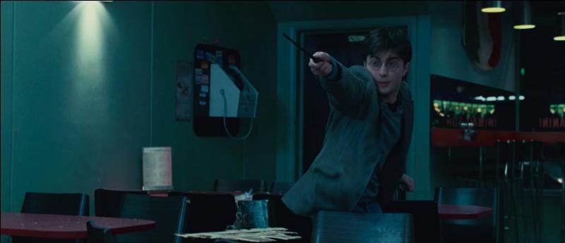 Un combat s'engage alors entre les deux camps. Quels sont les deux sorts magiques que vont utiliser Harry Potter et Hermione Granger pour vaincre les deux Mangemorts dans le café ?