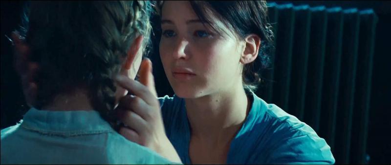 Dans le film, quel objet Prim donne-t-elle à cette personne au moment des adieux ?