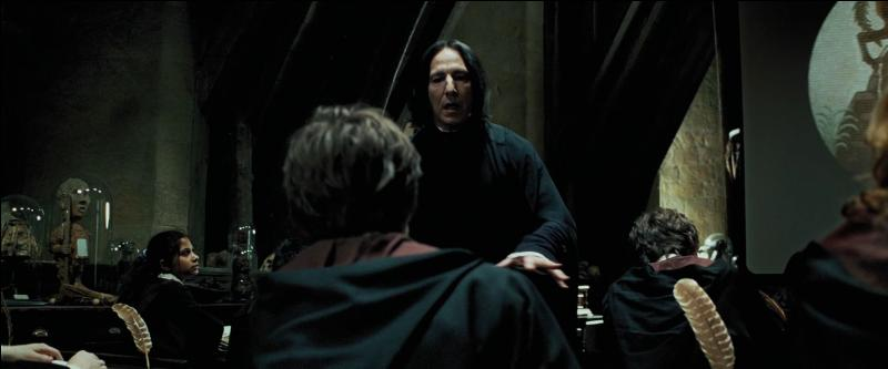 """Severus Rogue : """"Ouvrez vos livres page 394.""""Harry Potter : """"Excusez-moi monsieur. Où est le Professeur Lupin ?""""Severus Rogue : """"Ce n'est pas votre affaire. N'est-ce pas Potter ? Je me contenterai de dire que votre professeur se trouve dans l'incapacité d'assurer son cours pour le moment. Ouvrez vos livres page 394."""""""