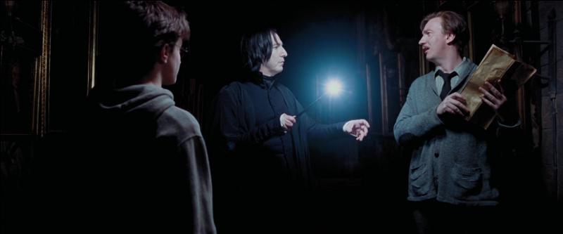 """Severus Rogue : """"Potter, puis-je savoir ce que vous fabriquez la nuit dans les couloirs ?""""Harry Potter : """"Je suis somnambule.""""[...]Remus Lupin : """"Professeur ! """"Severus Rogue : """"Tiens, tiens, Lupin, vous êtes venu faire une promenade au clair de lune, c'est bien cela ?""""Remus Lupin : """"Harry, est-ce que ça va ?""""Severus Rogue : """"C'est ce que nous verrons."""""""