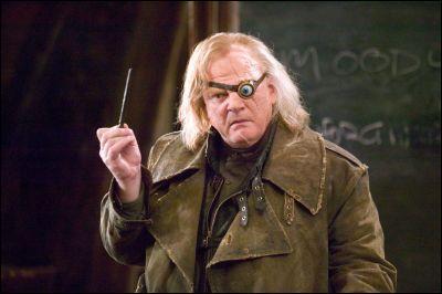 """Alastor Maugrey : """"Votre nouveau professeur de défense contre les forces du mal. Je suis là parce que Dumbledore me l'a demandé. Au revoir et bon ... des questions ?""""[...]Alastor Maugrey : """"Il faudra que vous trouviez un endroit autre que le dessous de votre table pour déposer votre chewing-gum Mr. Finnigan ! """"Seamus Finnigan : """"C'est pas vrai. Ce vieux bougre peut voir derrière son dos."""""""