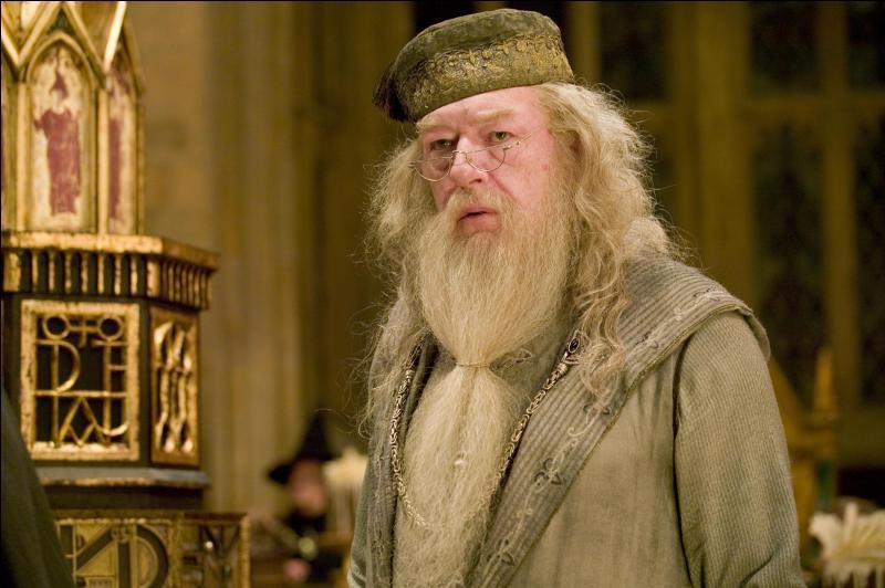 """Albus Dumbledore : """"Nous vivons une véritable tragédie. Je crois que vous avez le droit de savoir la vérité. Alors voilà. Cédric Diggory a été tué par Lord Voldemort. Le Ministère ne souhaitait pas que je vous le dise mais ... ne pas le dire aurait été une insulte à sa mémoire."""""""
