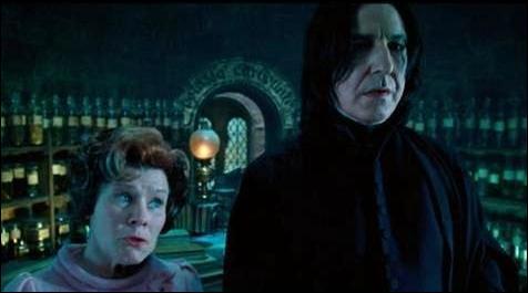 """Dolores Ombrage : """"Vous aviez postulé pour le poste de professeur de défense contre les forces du mal.""""Severus Rogue : """"Oui.""""Dolores Ombrage : """"Mais sans succès.""""Severus Rogue : """"De toute évidence."""""""