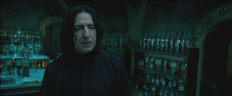"""Severus Rogue : """"On est sentimental.""""Harry Potter : """"C'est privé.""""Severus Rogue : """"Pas pour moi. Ni pour le Seigneur des Ténèbres si vous ne faites pas de progrès ! Chaque souvenir est une arme qu'il utilise contre vous. Vous ne tiendrez pas deux secondes s'il pénètre dans votre esprit ! """""""