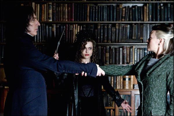 """Severus Rogue : """"Si le Seigneur des Ténèbres t'a interdit de parler, tu ne dois pas parler. Pose-ça Bella. On ne touche pas à ce qui n'est pas à soi. Il se trouve que je suis au courant de ta situation Narcissa.""""Narcissa Malefoy : """"Le Seigneur des Ténèbres te l'a dit ! """"Severus Rogue : """"Ta sœur doute de moi. En effet, cela se comprend."""""""