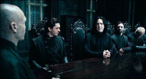"""Severus Rogue : """"Cela va se passer à la toute fin du mois de Juillet.""""Yaxley : """"Maître, Dawlish, l'Auror qui travaille au Ministère de la Magie, m'a plutôt parlé d'une date au mois d'Août.""""Severus Rogue : """"C'est une fausse information ! """""""