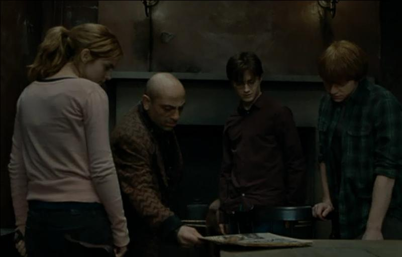 """""""Écoutez, j'ai paniqué cette nuit-là. C'est quand même pas ma faute si Alastor est tombé de son balai.""""""""Où est le médaillon ?""""""""Oh ! J'en sais rien. Une folle me l'a pris parce que j'étais pas en règle. Et mais, c'est elle ! """""""