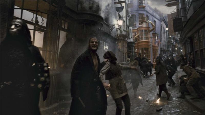 """Travers : """"Bonjour Mrs. Lestrange.""""Hermione Granger : """"Bonjour monsieur.""""Gripsec : """"Bonjour monsieur ! Bonjour monsieur ! Vous êtes Bellatrix Lestrange. Une des sorcières les plus craintes ! """""""