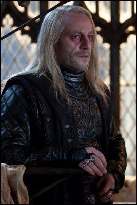 """""""Maître, je vous demande solennellement d'épargner mon fils Drago lors de cette bataille.""""""""Mais comment peux-tu te supporter Lucius ?""""""""Je ne sais pas Maître."""""""