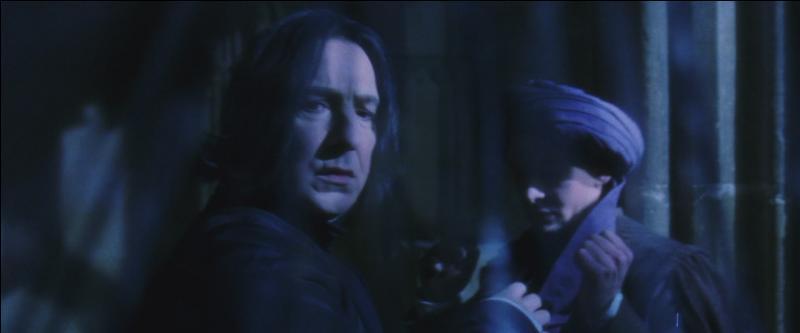 """Quirinus Quirrell : """"Severus. Je ...""""Severus Rogue : """"Vous ne voudriez tout de même pas que je sois votre ennemi Quirrell.""""Quirinus Quirrell : """"Je ne vois pas ce que vous voulez dire.""""Severus Rogue : """"Vous voyez parfaitement ce que je veux dire ... Nous aurons une autre conversation afin de savoir dans quel camp vous êtes."""""""