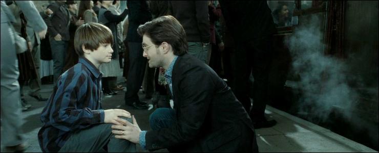 """Harry Potter : """"Albus Severus Potter. Tu portes le nom de deux anciens directeurs de Poudlard. L'un était à Serpentard et c'était l'homme le plus courageux que j'ai jamais connu.""""Albus Severus Potter : """"Mais si je me retrouve à Serpentard.""""Harry Potter : """"Alors, tu peux choisir. Le Choixpeau tient compte de vos préférences."""""""