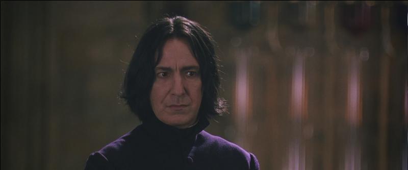 """""""Excusez-moi, Professeur Dumbledore. Mais peut-être que Mr. Potter se trouvait au mauvais endroit au mauvais moment. Cependant, il y a de quoi nourrir des doutes. En effet, ai-je vu Mr. Potter au dîner ce soir ?""""""""Harry m'aidait à répondre à mes admirateurs."""""""