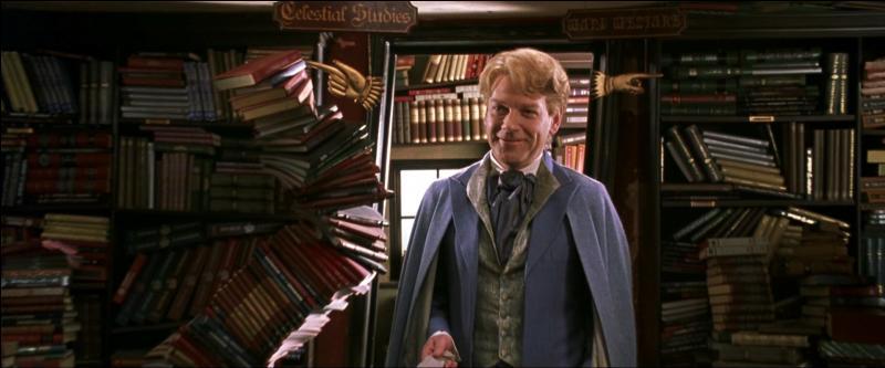 """Minerva McGonagall : """"Une élève a été emmenée dans la Chambre des Secrets. Cette fois, je crains que nous ne devions fermer l'école. Cela va être à vous de nous sauver.""""Gilderoy Lockhart : """"Qui, moi ?""""Minerva McGonagall : """"Après tout, n'êtes-vous pas le sorcier que décrit vos livres ?""""Gilderoy Lockhart : """"Très bien. Alors, je vais me préparer. Dans mon bureau."""""""