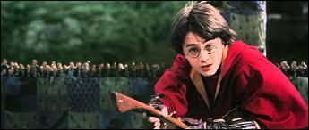 Dans le premier match de quidditch de Harry contre qui joue-t-il ?