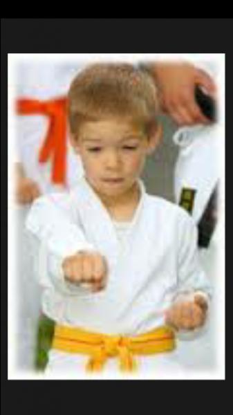 Ton petit frère de six ans te confie que son professeur de judo lui a fait des attouchements sexuels. Que faut-il faire ?