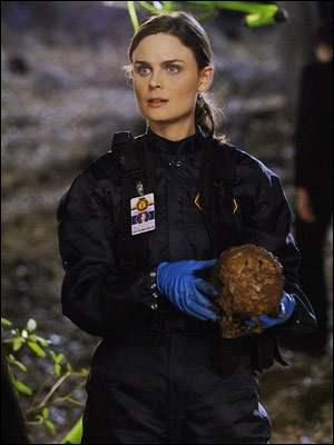 """Personnage principal de la série, surnommée """"Bones"""" par l'agent Booth. Il s'agit de..."""
