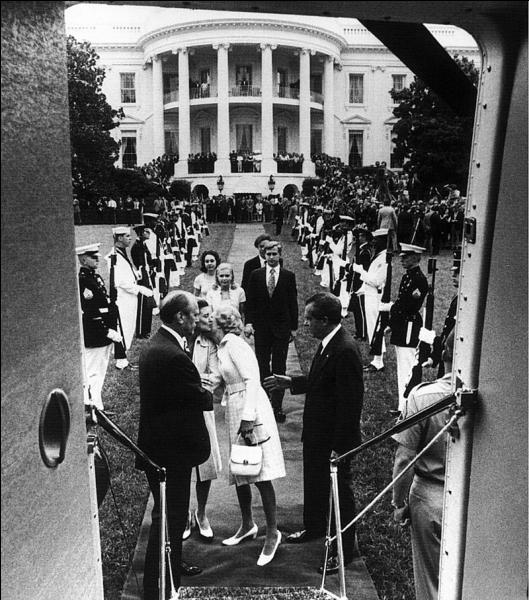 Quel scandale politique débute en juin 1972 et sera la cause de la démission du président Richard Nixon en 1974 ?
