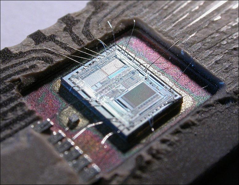 Dans les années 1970, commence le développement de la micro-informatique. Quelle pastille de silicium sur laquelle est implanté un circuit intégré contribue à ce développement ?