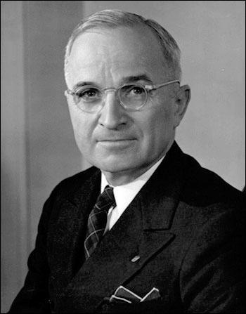 Pour inaugurer le nouveau statut de superpuissance des Etats-Unis, le président Truman énonce le 12 mars 1947 la nouvelle politique étrangère du pays