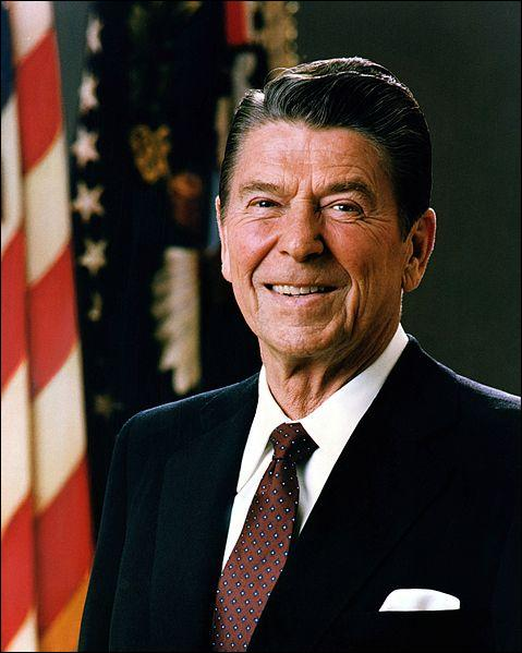 De 1981 à 1989, c'est la présidence de Ronald Reagan. Lors de son second mandat, éclate un scandale avec un pays du Moyen-Orient qui aurait pu être de la même importance que le Watergate en 1972. Il s'agit de