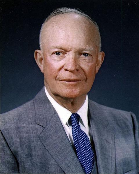 Conséquence de la guerre de la question 5, les Démocrates, au pouvoir depuis 20 ans, perdent les présidentielles de 1952. Quel président républicain, ancien général de la Seconde Guerre mondiale, est élu ?
