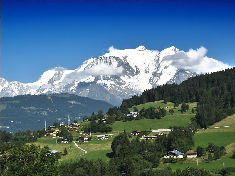 """Le mont Blanc (4 810 m d'altitude), haut sommet de la chaîne des Alpes, est surnommé le """"Toit de l'Europe""""."""