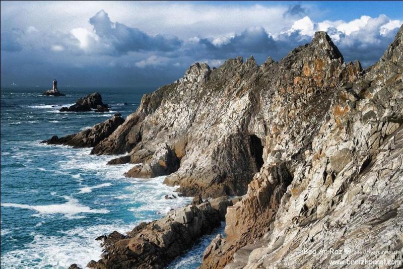 La Pointe du Raz, promontoire rocheux de Bretagne, est frappée par les vagues de la Manche.