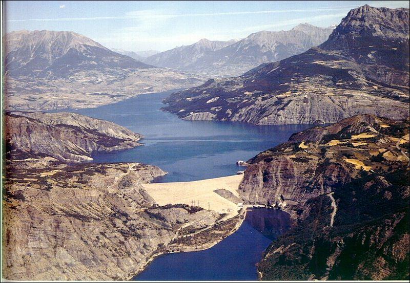 Le barrage de Serre-Ponçon, créé pour réguler le cours de la Durance, est le plus grand barrage en terre d'Europe.