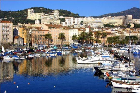 La Corse-du-Sud (2B) a pour chef-lieu de département, la ville d'Ajaccio.
