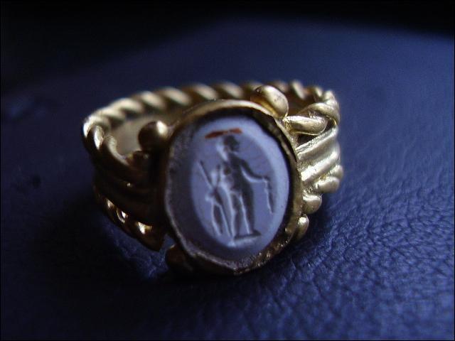 Jeff, amateur de pierres et de bijoux anciens, prévoit un très beau cadeau pour sa femme. Comment nomme-t-on cette pierre avec une gravure en creux ?