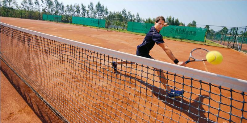 Durant mes vacances à Madrid, j'ai pu participer à un tournoi de tennis organisé par mon hôtel. Un vacancier spectateur m'a demandé de signer un autographe et m'a posé une question technique. Il voulait en effet connaître la hauteur du filet. Par conséquent, quelle réponse lui ai-je donnée ?