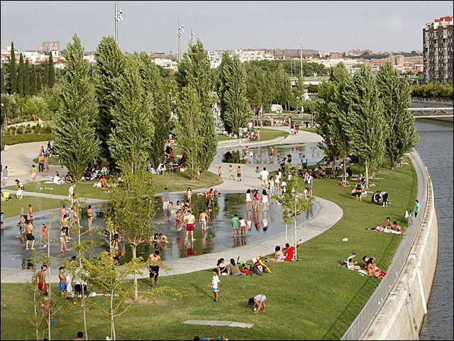 Après ce bon repas, j'ai décidé d'aller courir le long du fleuve traversant Madrid. Ainsi, j'ai fait l'aller-retour entre la station de métro Délicias et le stade Vicente Calderon. Puisque vous aimez la géographie mes camarades, quel cours d'eau traverse Madrid ?