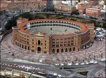 En dégustant notre goûter, nous avons regardé les évènements qui auraient lieu à Madrid dans les jours à venir. Nous avons vu qu'une corrida était prévue pour le weekend suivant. Mais, nous n'étions pas sûrs qu'il restait des places. Combien pensez-vous qu'il y a de places dans les arènes de Ventas ?